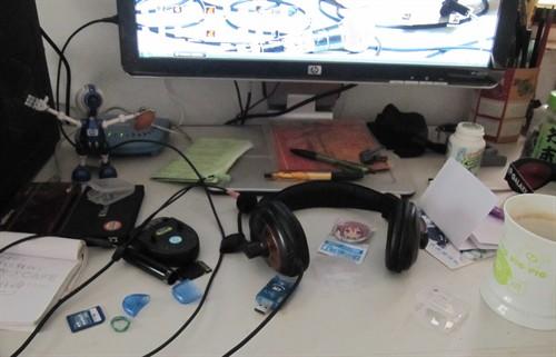 杂乱的电脑桌