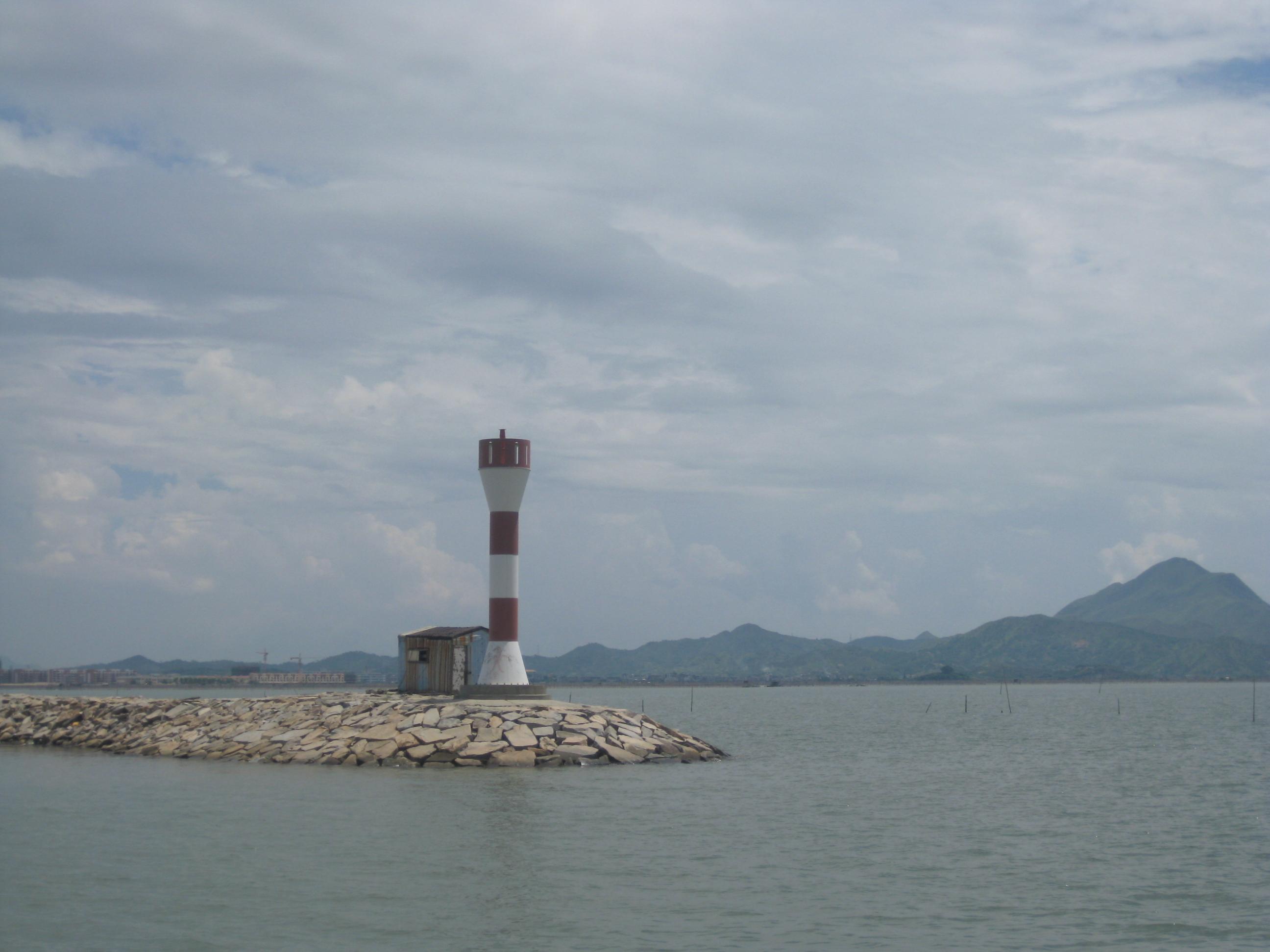 海中有两个灯塔