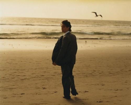 夕阳,沙滩,西装男