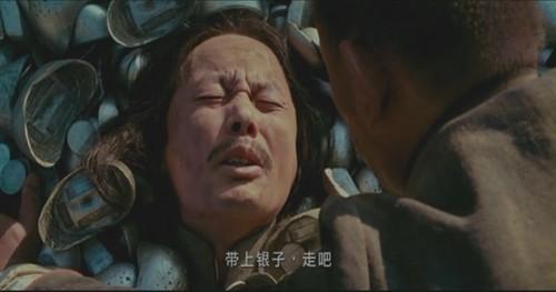 《暗花》片尾梁朝伟扮演的假光头被出其不意打死了.   二,打劫银子