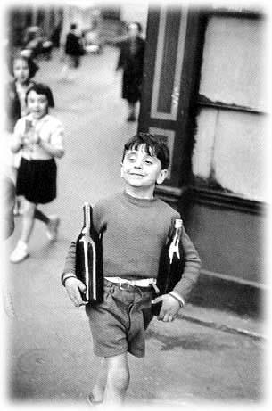 抱酒瓶的男孩