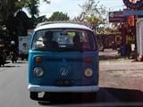 巴厘岛街上的老式大众车
