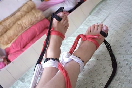 来自相册: 自我裸足双脚绳子捆绑玩弄2011-04-15   :34
