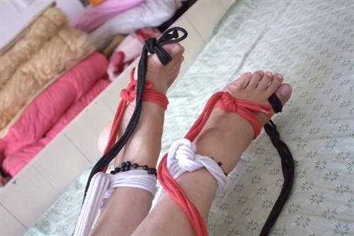 自我裸足双脚绳子捆绑玩弄