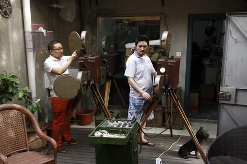 和朋友露天调试35毫米解放103电影放映机