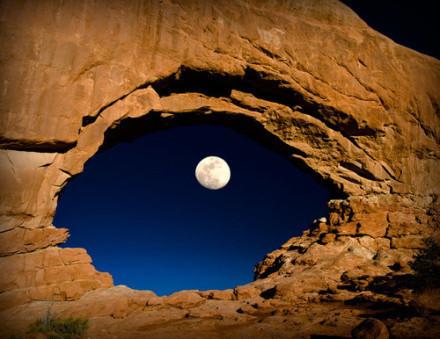 山谷夜,月亮眼