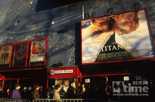 1997年,美国电影院门口排着长队购票看《泰坦尼克号》的观众