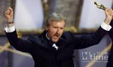 """卡梅隆在第70届奥斯卡上领取最佳导演奖,振臂高呼""""我是世界之王"""""""